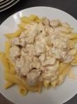 Vaření - Penne s kuřecím masem a sýrovou omáčkou.